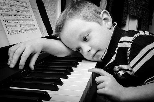Ненависть родителей к своим детям, прикрытая добрыми намерениями, не такое уже и редкое явление в наши дни. При благополучии и достатке, притом, что все хорошо, родители мстят своим детям, третируя их требованиями и поучениями. Они знают, как надо и как лучше для ребенка.