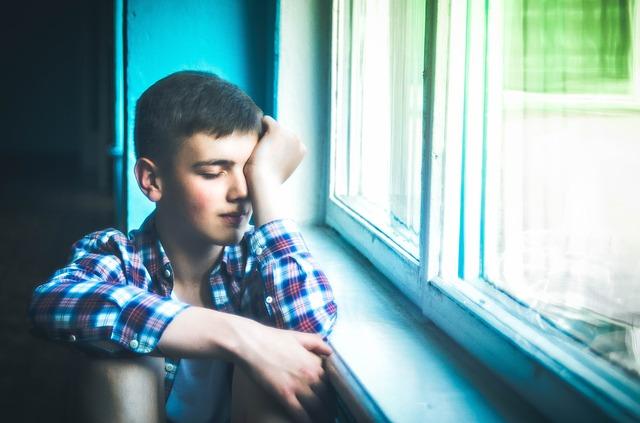 Говорить с подростком о суициде крайне необходимо. Подростковая предрасположенность к суициду - это тревожная и крайне важна тема.